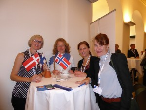 Treffen am Skandinavientisch / Snak ved skandinaviernes bord